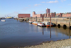 Arbeitsschiffe haben am Dalmannkai im Hamburger Grasbrookhafen festgemacht; in der Bildmitte der Kaispeicher A, re. Bürogebäude am Sandtorkai.