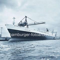 Frachtschiff Tokio Bay im Hamburger Hafen - der Frachter liegt unter den Containerbrücken am Burchardkai. ( ca. 1972 )
