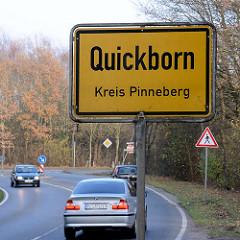 Ortsschild Quickborn, Kreis Pinneberg - fahrende Autos.