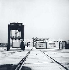 Van Carrier und Container der Reederei Hapag Lloyd im Containerlager Burchardkai in Hamburg. (ca. 1972)