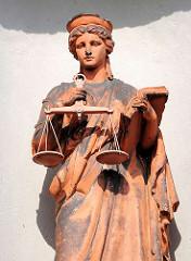 Terrakottafigur, Justizia mit Waage und Buch in den Händen beim Amtsgerichtsgebäude von Malchow - erbaut 1877.