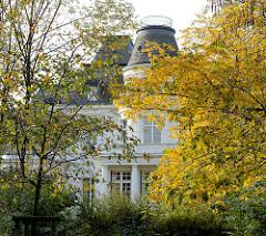 Bäume mit Herbstblättern vor dem Budge Palais in Hamburg Rotherbaum, erbaut 1887 - Architekt Martin Haller; Sitz der Musikhochschule Hamburg in Pöseldorf.