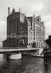 Im Vordergrund der Magdeburger Hafen und die Drehbrücke über das Hafenbecken, das zum Brooktorhafen führt. Der Silospeicher wurde  1879 unter der Leitung der Architekten Hanssen + Meerwein errichtet. ( ca. 1890 )