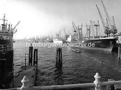 Kreuzfahrtschiff / Passagierschiff EUROPA im Hamburger Hafen - die EUROPA hat am O'Swaldkai im Hansahafen festgemacht. ( 1970 )