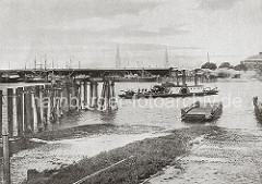 0178_024_243  1852 wurde die Harburger Chaussee gebaut; die Verbindung über die Elbe wurde mit einer Zugfähre vorgenommen. Ab 1860 übernahm auch eine Dampffähre die Aufgabe; neben Personen, die sich von dem Fährschiff übersetzen lassen ist auc