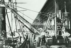 Kranführer an einem Dampfkran am Sandtorkai im Sandtorhafen, Hafenbecken im Hamburger Hafen. ( ca. 1870 )