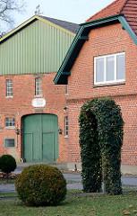Bauernhof in Quickborn - Scheune mit Holztor, Schild erbaut ANNO 1909.
