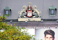 Wappen der Hansestadt Hamburg am Museum für Kunst und Gewerbe am Hamburger Hauptbahnhof im Stadtteil St. Georg.