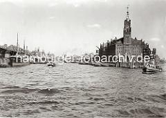 Blick von der Elbe in den Sandtorhafen; rechts der Kaispeicher A mit seinem hohen Uhrturm und die Anlegestelle für die Hafenfähren am Kaiserhöft, eine Barkasse mit Fahrgästen an Bord hat gerade abgelegt. (ca. 1934)