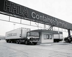 Einfahrt für LKW am Burchardkai im Hamburger Hafen; Schild HHLA Container Terminal - Sattelschlepper mit Container der CTD, Container Transport Dienst. ( 1972 )