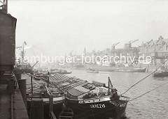 Zwei breite Frachtkähne liegen an der Kaimauer des Kaiserkais - die Elbkähne haben keinen eigenen Antrieb sie wurden im Schleppverband die Elbe hinauf gezogen. (ca. 1934)