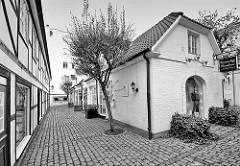 Historische Architektur in Hamburg Pöseldorf / Rotherbaum - gepflasterter  Hinterhof / Geschäfte, Wohnhäuser.
