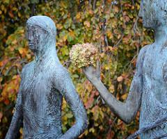 Bronzeskulpturen am Alterufer in Hamburg Rotherbaum - Eurydike und Orpheus; Harvenspieler - Kunst im öffentlichen Raum. Blätter einer Trauerbuche, Hängebuche / Fagus sylvatica f. pendula im Herbst.