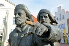 Bronzeskulptur Fischer von Serge Mangin auf dem Marktplatz von Neustadt in Holstein.