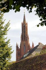 Kirchturm der Klosterkirche von Malchow; Ursprungsbau 1849, neogotischer Backsteinstil.