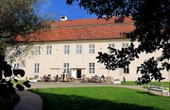 Kavaliershaus vom Mirower Schloss - Wohnhaus für den Hofstaat; spätbarocker Bau, um 1758 errichtet.