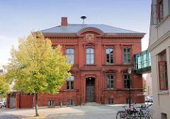 Amtsgerichtsgebäude von Malchow - erbaut 1877; zweigeschossiger Backsteinbau mit Schieferdeckung; jetzt Teil des Verwaltungszentrums von Malchow.