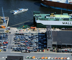 Laderampe eines RoRo-Schiffs im Kaiser-Wilhelm-Hafen am Kronprinzenkai - abgestellte PKW sind für den Schiffstransport vorgesehen. ( ca. 1996 )