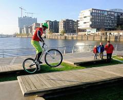 Fahrrad-Akrobatik / Mountainbike-Freestyle an den Marco-Polo-Terrassen am Grasbrookhafen in der Hafencity Hamburgs.