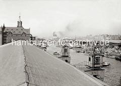 Blick vom Dach des Kaischuppen 12 am Kaiserkai über den Sandtorhafen zum Sandtorkai; an den Überseebrücken liegt ein Passagierschiff unter Dampf - hinter dem Kaischuppen 1 sind die mehrgeschossigen Wohnhäuser am Baumwall zu sehen. (ca. 1934)