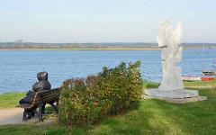 Seeufer vom Neustädter Binnensee - re. Marmorskulptur des Neustädter Kunstkilometer am Binnensee, Promenade -  Segel und Möwen – Pierre Schumann.