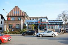 Klinkerarchitektur und moderner Glasanbau - Gewerbegebäude in der Kieler Strasse Quickborn.