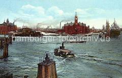 Ein Ausflugsdampfer kommt von den Landungsbrücken und fährt zu den Fleeten in der Speicherstadt, deren Lagerblöcke lks. zu erkennen sind. Im Vordergrund eine Signallampe auf einer Holzdalbe. (ca. 1910)