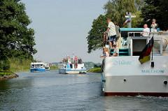 Drei Ausflugsschiffe, Fahrgastschiffe treffen im schmalen Reeckkanal aufeinander, das Passieren wird schwierig. Im Hintergrund die Binnenmüritz.