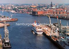 Das Kreuzfahrtschiff EUROPA hat am O'Swaldkai im Hansahafen festgemacht - im Hintergrund die Einfahrt zum Grasbrookhafen und der Kaispeicher A. ( 1997 )