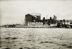 Blick über die Nordelbe zu den Gaswerken auf dem Großen Grasbrook mit dem Gasometer - lks. der Kaischuppen am Strandhafen. ( ca. 1932 )
