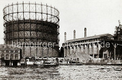 Blick auf das Gasometer und die Kaianlage am Grasbrook. Das Gaswerk auf dem Grasbrook wurden 1844 als Privatgesellschaft gegründet, schon 1845 bei einer Sturmflut zerstört und 1846 wieder aufgebaut. 1874 ging die Anlage in den Besitz