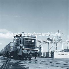 Güterzug mit Containern beladen im Hamburger Hafen, Containerbahnhof Burchardkai. (ca. 1972 )