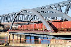 Eisenbahnbrücke über den Oberhafenkanal / Billehafen in Hamburg Rothenburgsort - ein Güterzug mit Containern beladen überquert die Brücke.