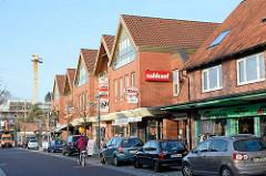 Neubauten Geschäfte, parkende Autos - Bahnhofstrasse in Quickborn.