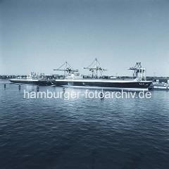 Frachtschiffe im Hamburger Hafen / Hafenbecken Waltershofer Hafen, Burchardkai. ( ca. 1976 )