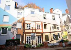 Fassadenmalerei / Trompe-l'œil; Scheinarchitektur an der Häuserzeile im Brodersweg in Hamburg Pöseldorf / Rotherbaum.