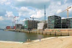 Baustellen und Neubauten am Dalmannkai / Hamburger Grasbrookhafen / Blick von den entstehenden Marco Polo Terrassen.