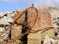 Ziegel-Ruine der Kaianlage am Dalmannkai im Hamburger Grasbrookhafen, eine Stahltrosse rostet vor sich hin.
