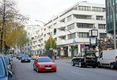 Strassenverkehr auf dem Mittelweg in Hamburg Rotherbaum / modernes Gebäude mit weisser Fassade, Wohnhaus- Geschäftshaus / Pöseldorf Center.