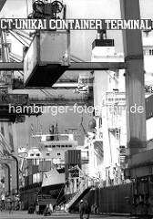 Containerbrücken im Kaiser-Wilhelm-Hafen; UCT - Unikai Container Terminal; Containerschiff am Kai - ein Container wird an Bord des Frachters transportiert. ( 1987 )