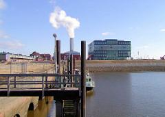 Kaianlagen am Dalmannkai im Hamburger Grasbrookhafen - der Schornstein des Hafencity-Kraftwerk qualmt.