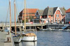 Segelschiffe im Hafen von Neustadt / Holstein - im Hintergrund der 1830 erbaute Pagodenspeicher am Neustädter Binnenwasser.