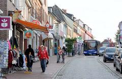 Geschäftsstrasse in Neustadt / Holstein - Einbahnstrasse, Brückstrasse / Geschäfte.
