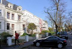 Stadtvillen, parkende Autos - vornehme Wohnstrasse im Hamburger Stadtteil Harvestehude.