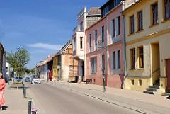 Einstöckige Wohnhäuser mit farbiger Fassade, Bahnhofsstrasse Malchow.