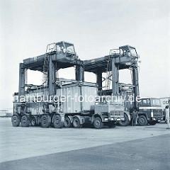 Sattelschlepper mit Containern beladen - Portalhubwagen / Van Carrier am Burchardkai, Hafen Hansestadt Hamburg.  (ca. 1975 )