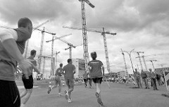 Laufevent / Hafencity-Marathon; Baukräne in der Hamburger Hafencity, Läufer und Zuschauer.
