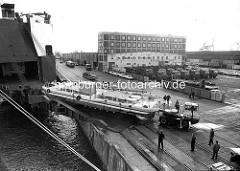 Schwerlasttransport - Beladung eines RoRo-Frachter mit einer Fähre / Fährschiff; Unikai-Terminal im Kaiser-Wilhelm-Hafen in der Hansestadt Hamburg.