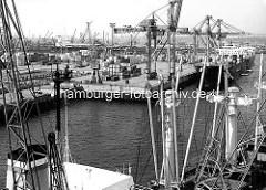 Unikai - Container Terminal UCT am Kronprinzenkai im Kaiser-Wilhelm-Hafen; Container sind auf dem Kai gelagert, Containerfrachter liegen unter Containerbrücken. ( 1987 )