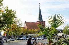 Marktplatz von Neustadt in Holstein - Backsteingotik der Stadtkirche.